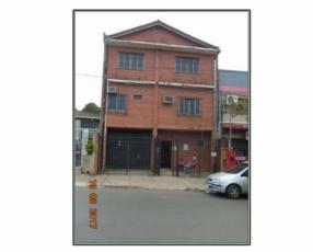 Edificio de 3 pisos con depósito