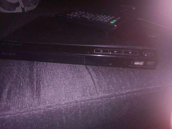 Dvd sony con su control y entrada usb