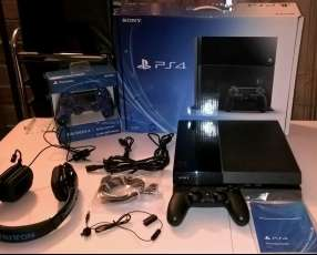 Sony PlayStation 4 - 500GB + 2 controls + 4 games + PS Camer