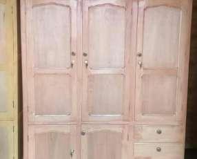Ropero de tres puertas con valijera
