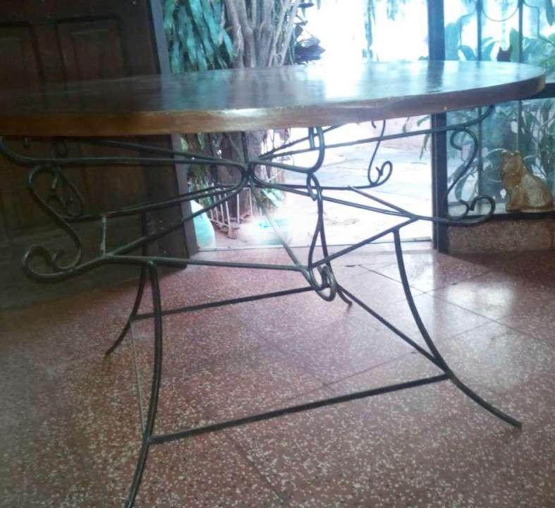 Mesa redonda con base de hierro - 1