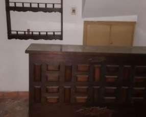 Bar de madera con exhibidor colgante