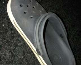 Crocs negro calce 33