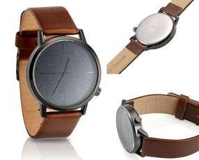 Reloj con malla de cuero
