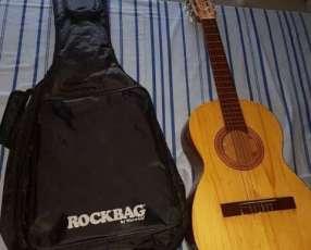 Guitarra acústica con estuche grande