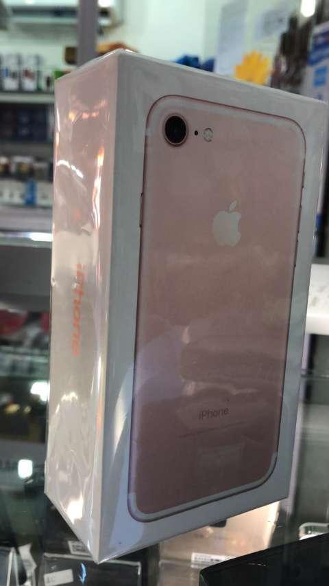 iPhone 7 de 32 gb rosa en caja - 0
