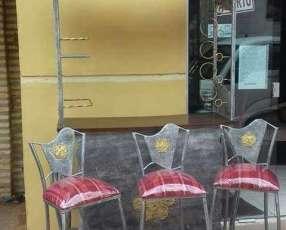 Mueble bar de metal con tres butacas con tapizado