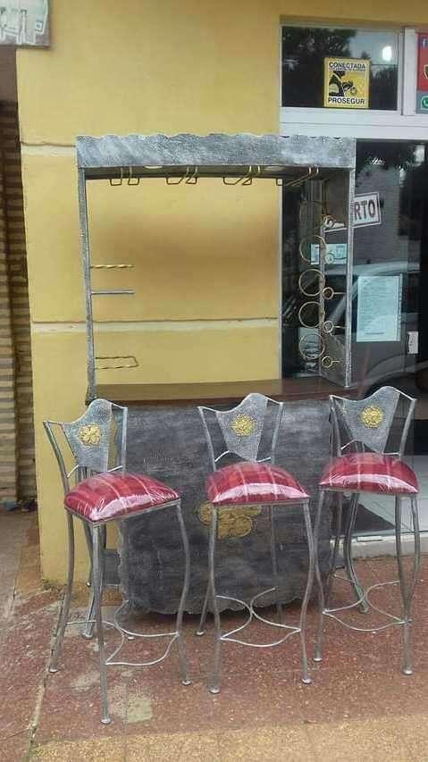 Mueble bar de metal con tres butacas con tapizado - 0