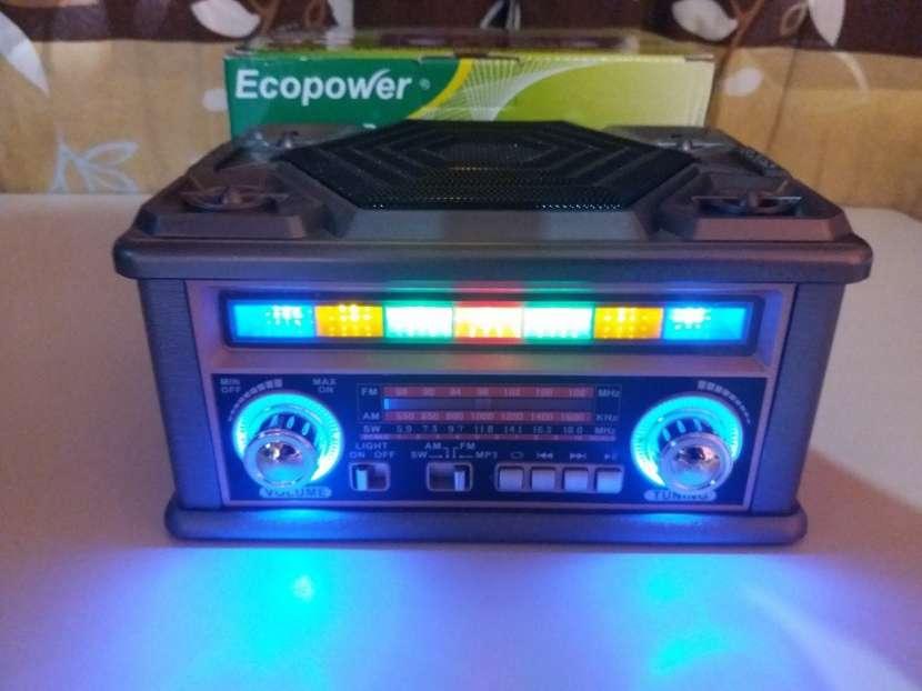 Radio portátil estilo clásico con luces rítmicas multicolor - 3