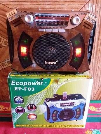 Radio portátil clásico con linterna estilo madera