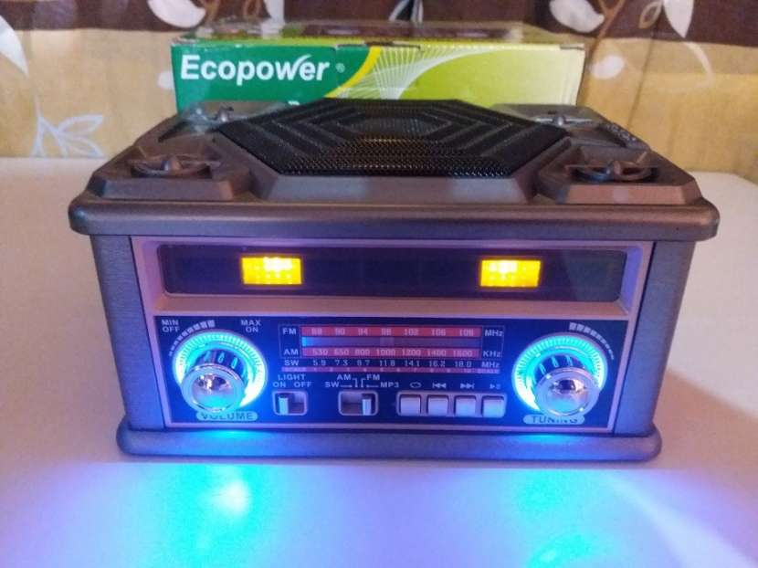 Radio portátil estilo clásico con luces rítmicas multicolor - 4