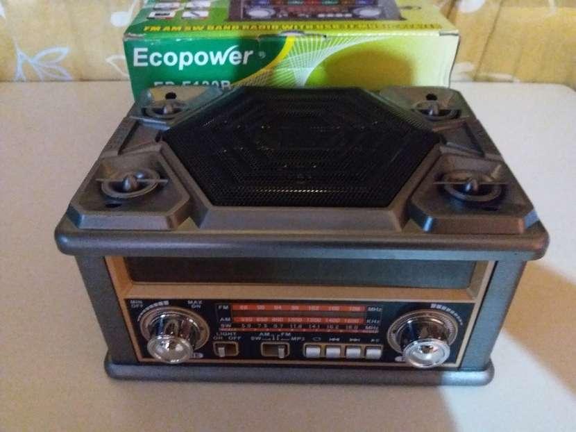 Radio portátil estilo clásico con luces rítmicas multicolor - 2