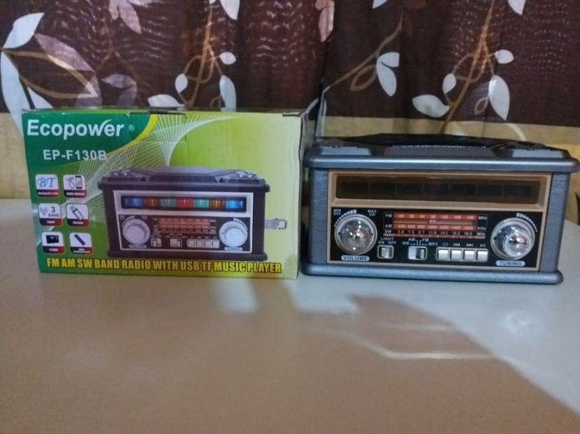 Radio portátil estilo clásico con luces rítmicas multicolor - 0