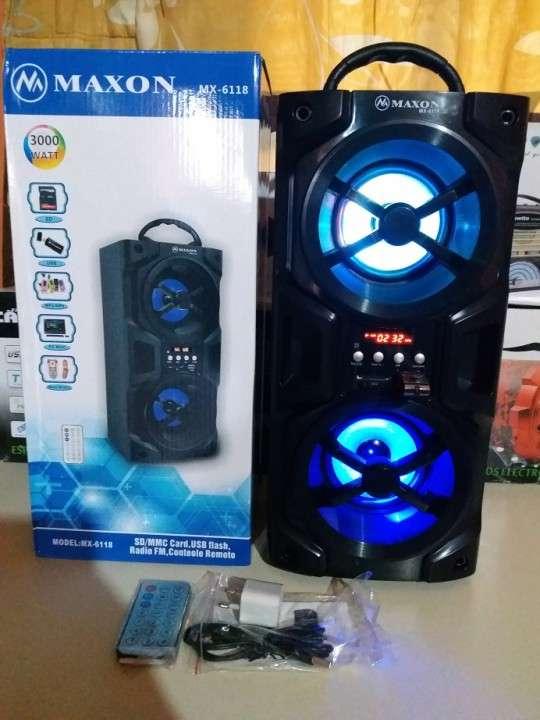 Parlante portátil Maxon MX-6118 doble con luces rítmicas - 1