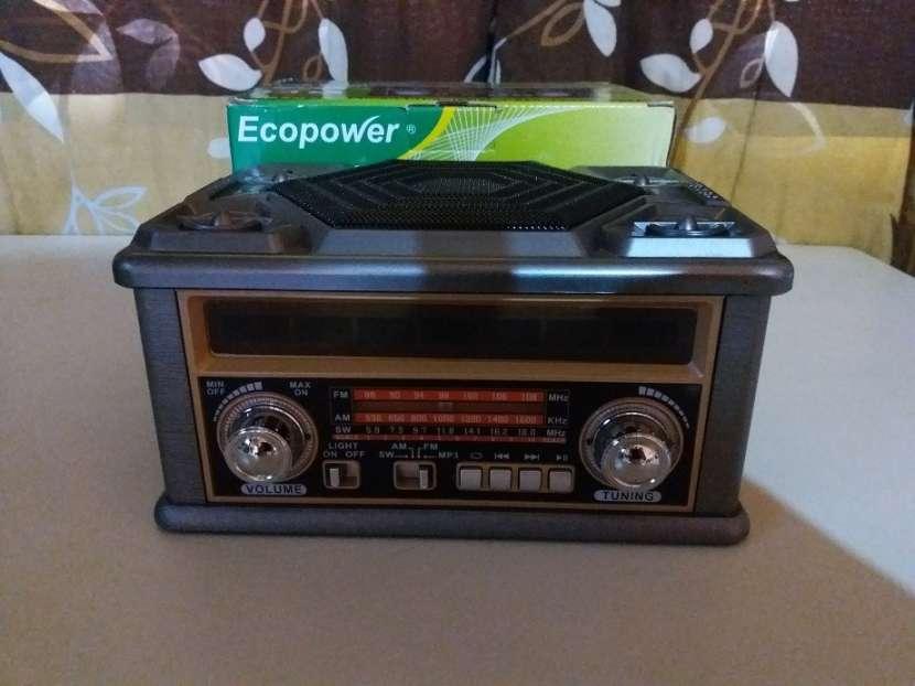 Radio portátil estilo clásico con luces rítmicas multicolor - 1