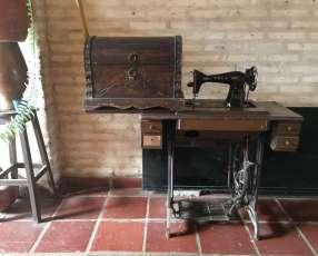 Mesa con máquina de coser y baúl