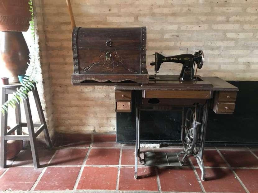 Mesa con máquina de coser y baúl - 0