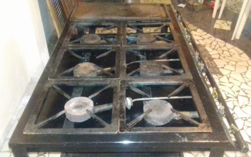 Cocina Industrial de 6 Hornallas más Plancha Hamburguesera - 1