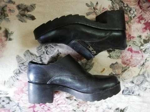 Zapato de cuero con taco
