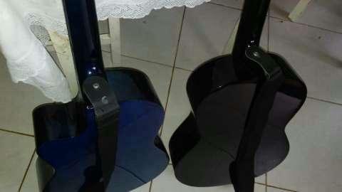 Guitarra Azul con cuerdas Americanas. - 1