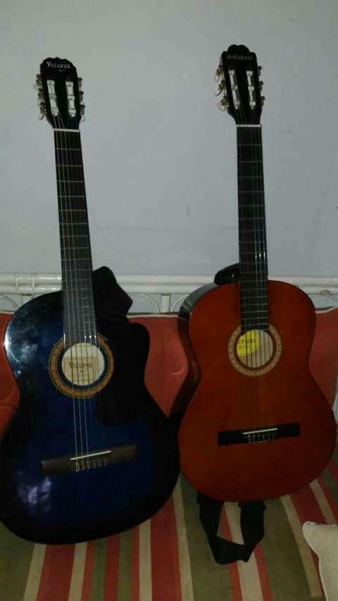 Guitarra Azul con cuerdas Americanas. - 2