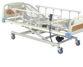 Camas hospitalarias con colchón incluido sillas de ruedas y tubos de oxígeno