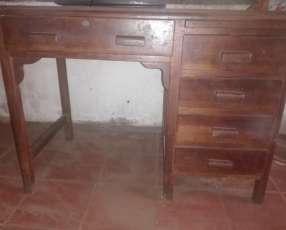 Mueble antiguo de madera pesada