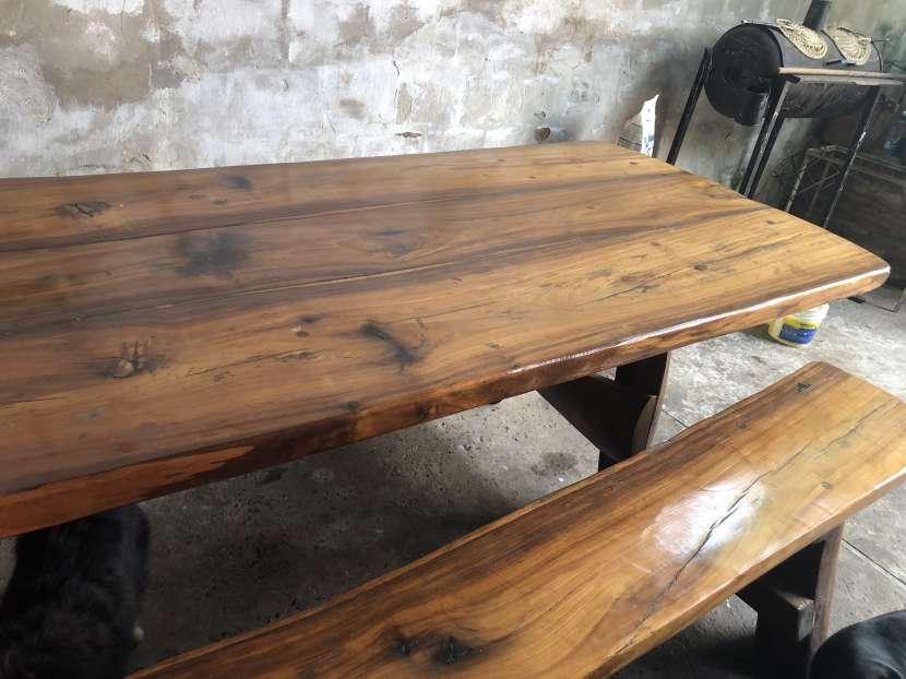 Mesa y bancos rústicos - 0