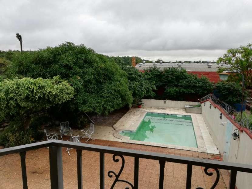 Casa con piscina y cancha de fútbol