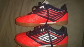 Botín de fútbol de salón Umbro y Short Adidas