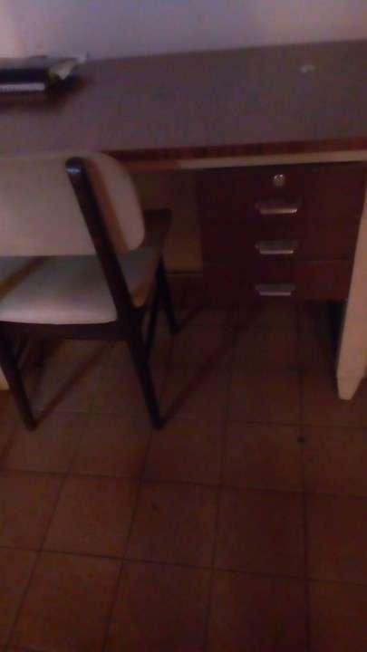 Escritorio con silla - 1