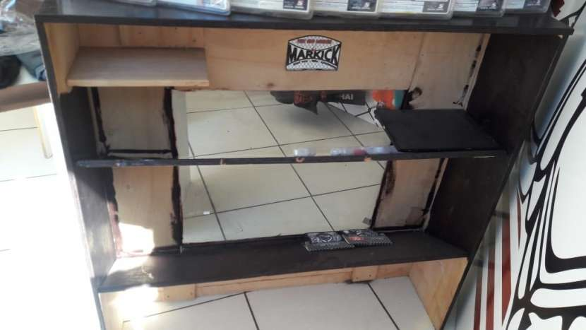 Mostrador de madera con vidrio - 1
