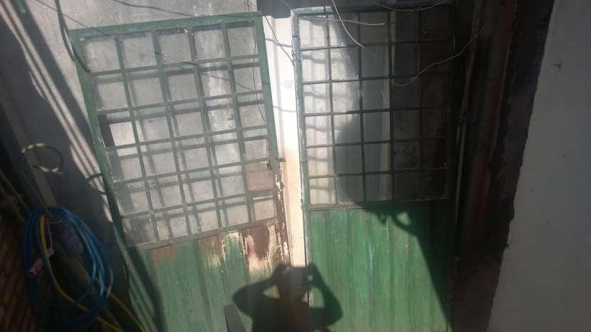Puerta Metálica con cuadros de vidrios - 2