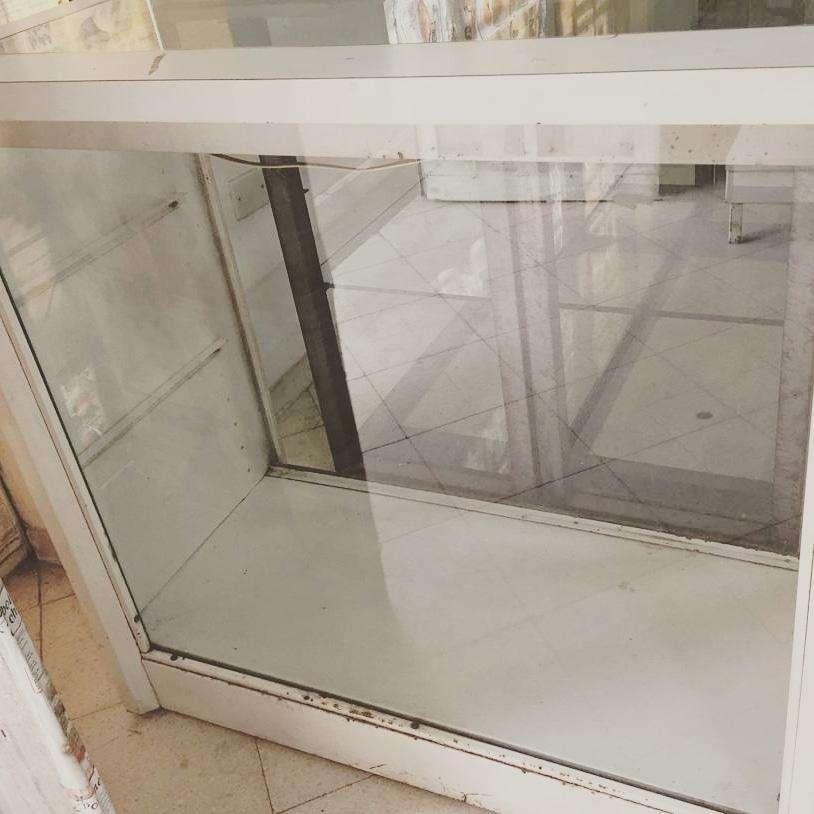 Exhibidor con vidrio