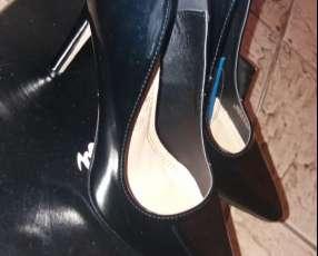Zapato negro, suela de España