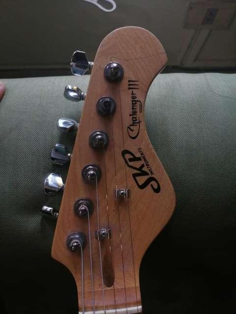 Guitarra eléctrica con afinador electrónico + Amplificador Skp - 10
