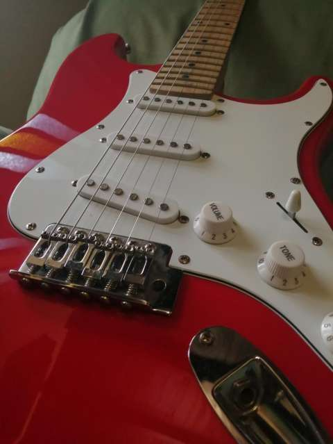 Guitarra eléctrica con afinador electrónico + Amplificador Skp - 3