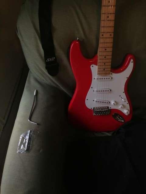 Guitarra eléctrica con afinador electrónico + Amplificador Skp - 5