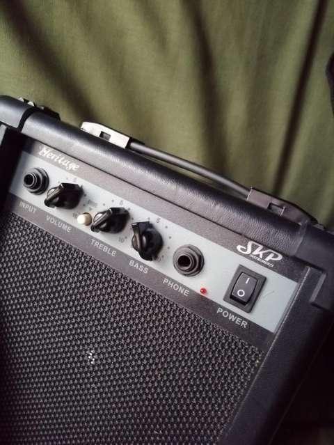 Guitarra eléctrica con afinador electrónico + Amplificador Skp - 8
