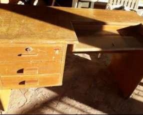 Escritorio de madera con 3 cajones