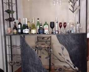Bar de hierro con 3 sillas altas