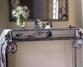 Mesa y espejo decorativo de hierro sala comedor.