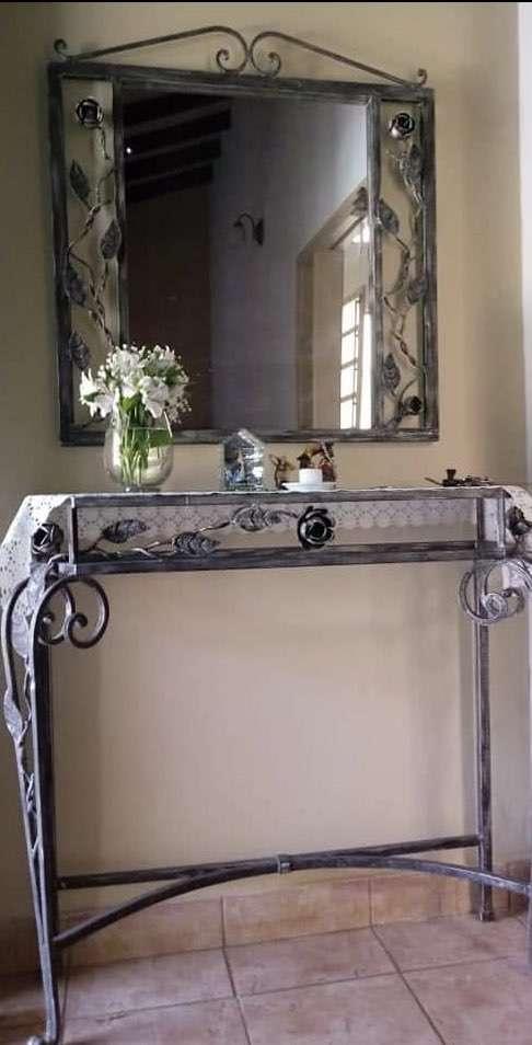 Mesa y espejo decorativo de hierro sala comedor. - 0