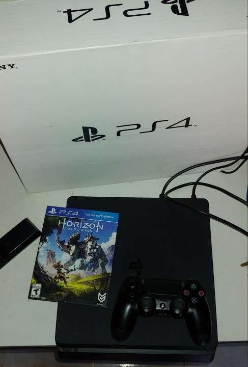 Playstation 4 slim con un control y un juego - 0