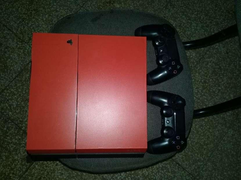 PS4 con 1 juego y 2 controles - 0