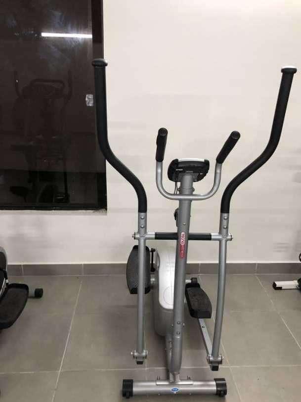 Bicicleta estática y dos elípticas - 0