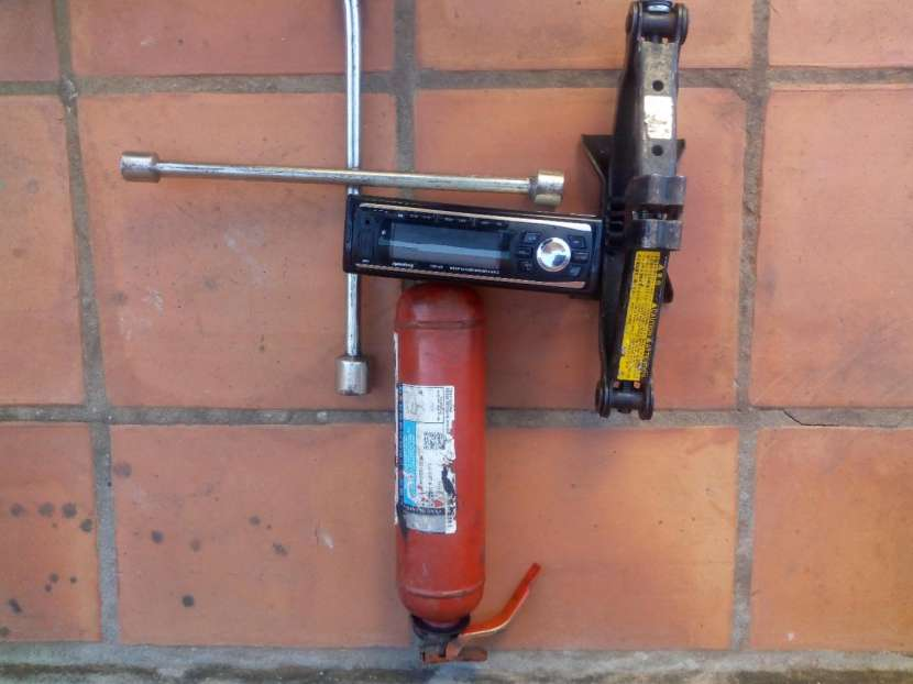 Gato autoradio extintor y llave de rueda - 1