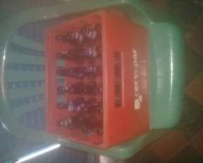 Caja de cervezas con botellitas vacías de pilsen'i