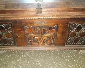 Antigüedades Baul tallado tiene como 50 años