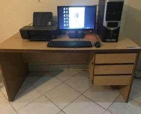 PC escritorio AMD con impresora HP y mueble